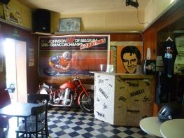 L'interieur... Le bar à musique! et la Benelli